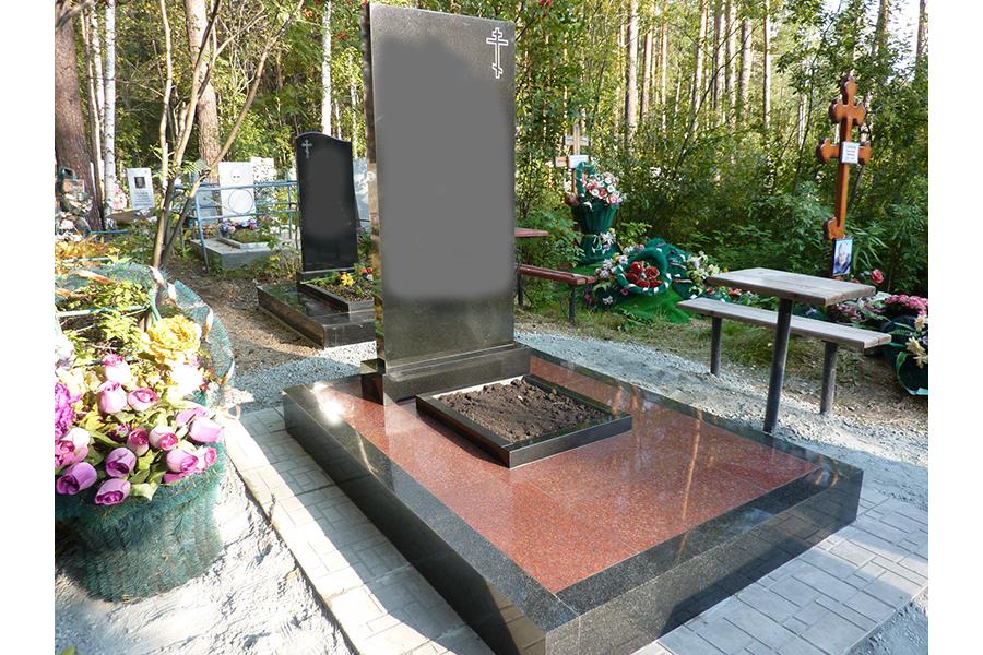 Памятник из цветного гранита Березники Лампадка из лезниковского гранита резная Ломоносовский проспект